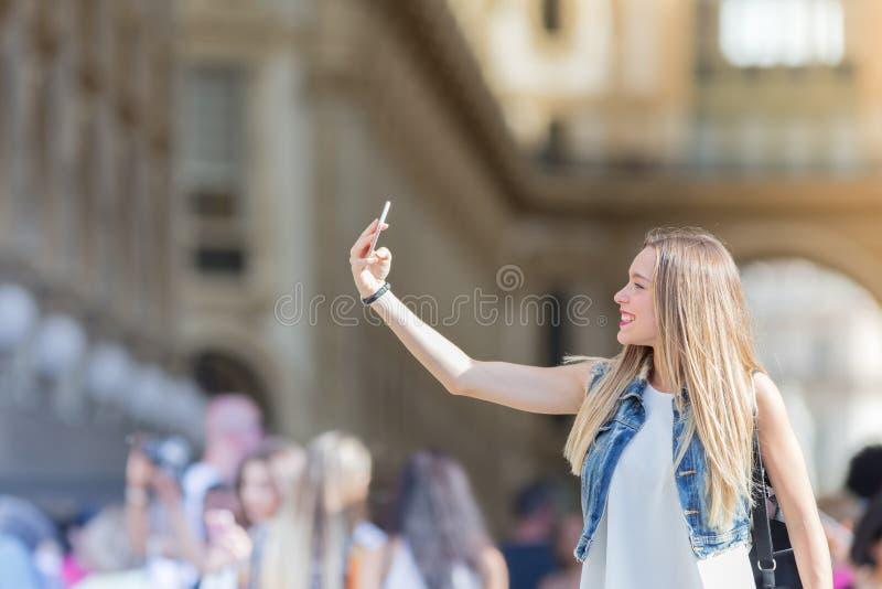 Довольно молодой турист принимая selfie с ее мобильным телефоном в Mi стоковое изображение rf