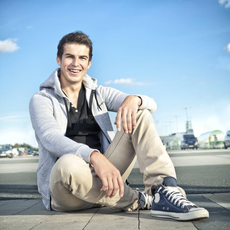 Довольно молодой человек напольный стоковое изображение rf
