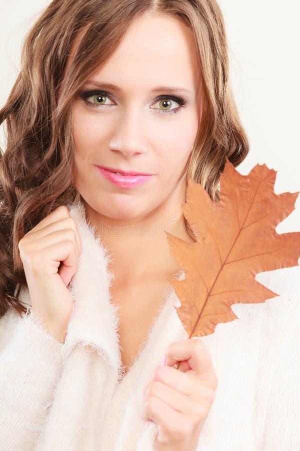 Довольно осенняя девушка с лист дуба в руке стоковое изображение