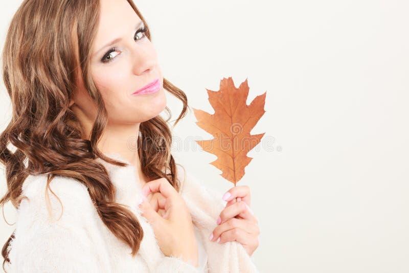 Довольно осенняя девушка с лист дуба в руке стоковые фотографии rf