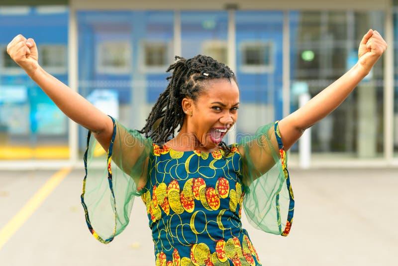 Довольно vivacious Афро-американский веселить девушки стоковое фото