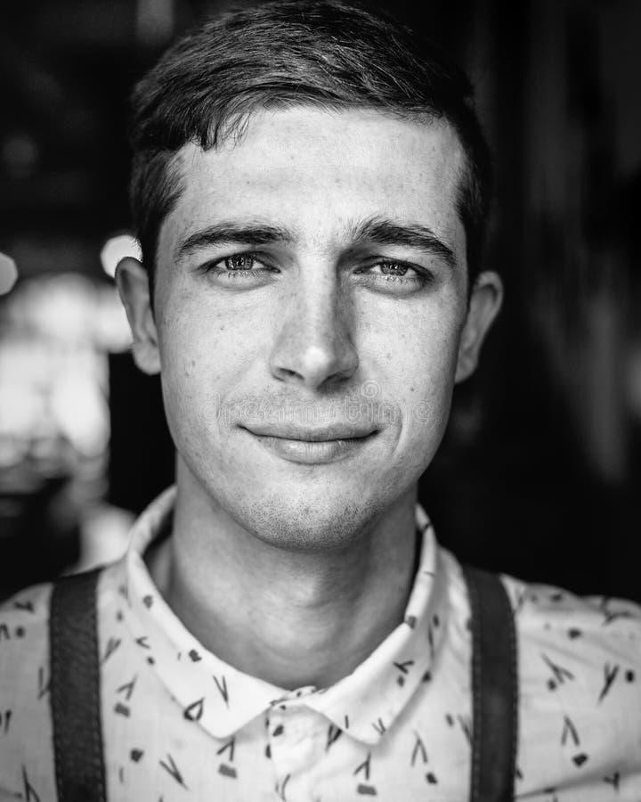 Довольный красивый молодой человек, портрет вид спереди стоковая фотография
