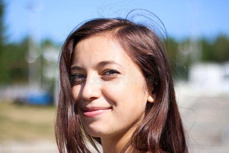 Довольная голова молодой милой девушки стоковая фотография