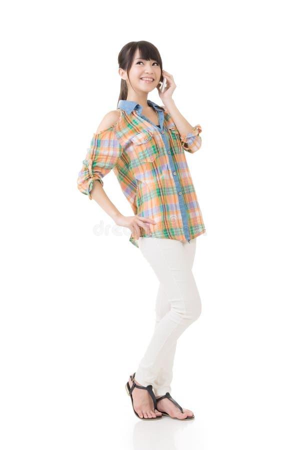 Довольно азиатская женщина говоря на сотовом телефоне стоковые фото