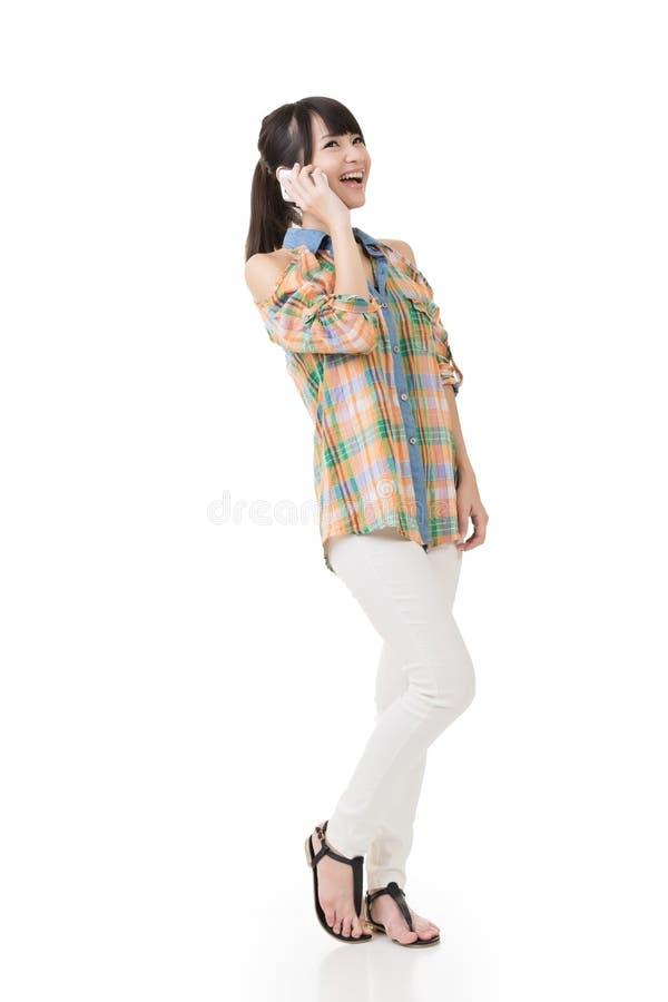 Довольно азиатская женщина говоря на сотовом телефоне стоковое фото rf