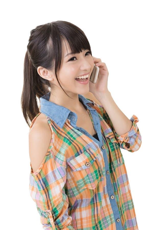 Довольно азиатская женщина говоря на phon клетки стоковое фото rf