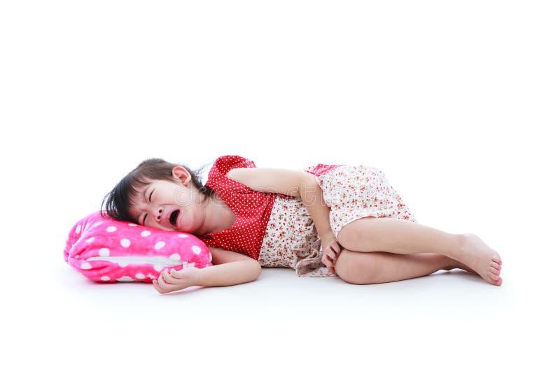 Довольно азиатский ребенок плача крепко белизна изолированная предпосылкой тело вполне стоковое изображение rf