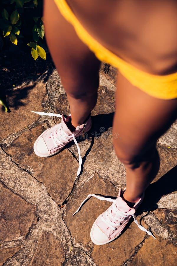 Довольно атлетическая девушка в knit желтого бикини сексуальном на footpat стоковая фотография