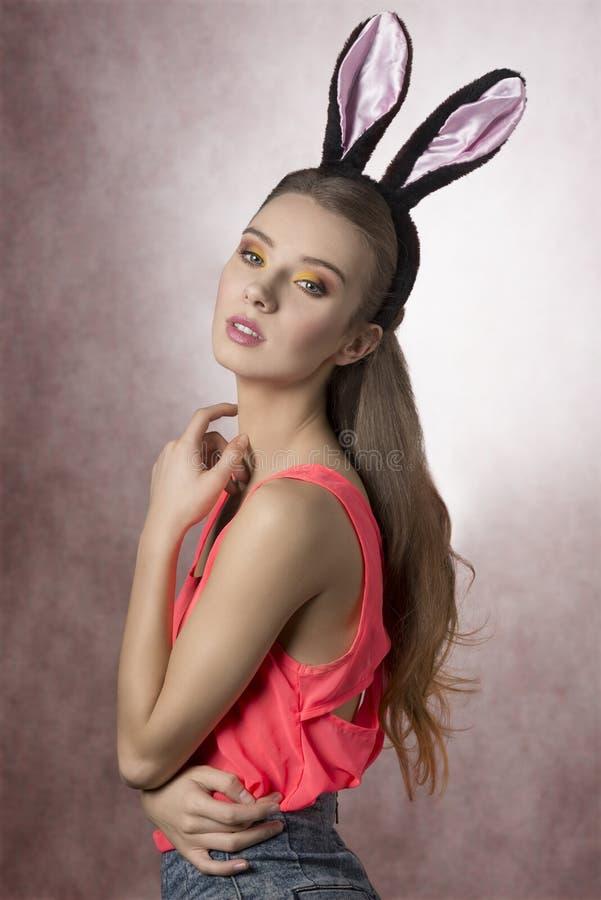 Довольно белокурый, пасха с ушами кролика стоковые фото