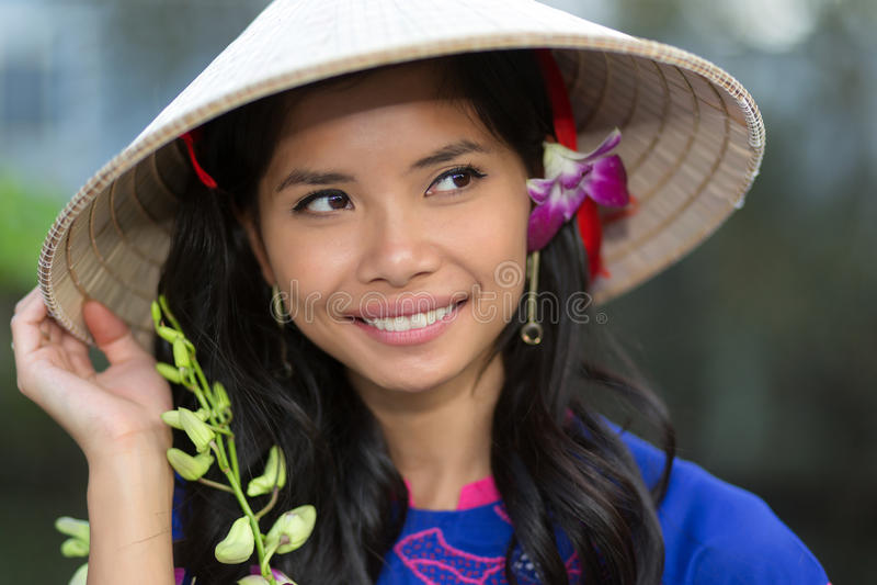 Довольно въетнамская женщина с цветком в ее волосах стоковое изображение