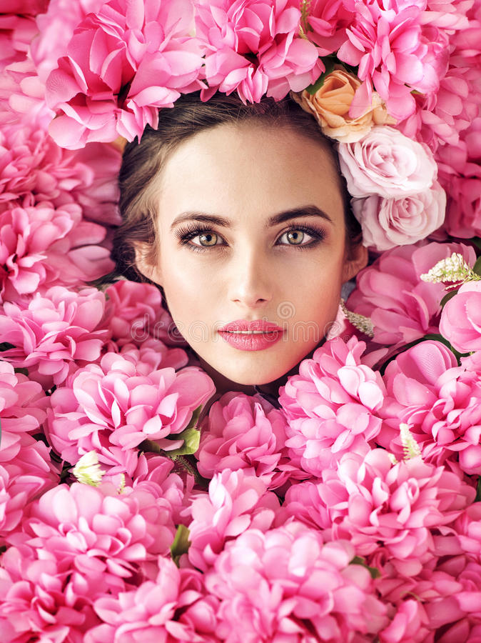 Довольно женская сторона среди розовых цветков стоковое изображение