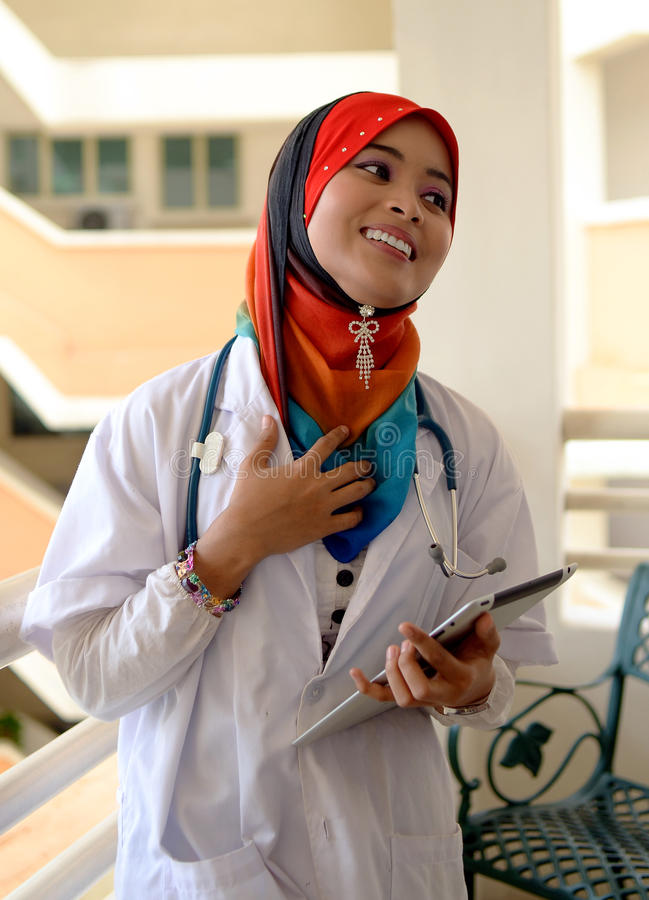 Довольно женский мусульманский доктор с стетоскопом. стоковое изображение