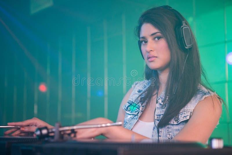Довольно женский DJ играя музыку стоковые изображения rf