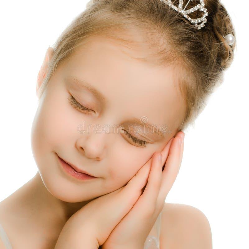 Довольно красивейшая девушка мечтая с закрытыми глазами стоковое изображение rf
