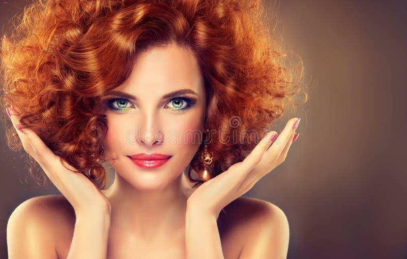 Довольно красная с волосами девушка с скручиваемостями стоковые изображения rf