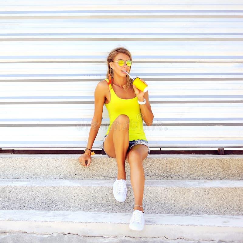 Довольно молодая белокурая женщина выпивая холодный коктеиль стоковое изображение rf