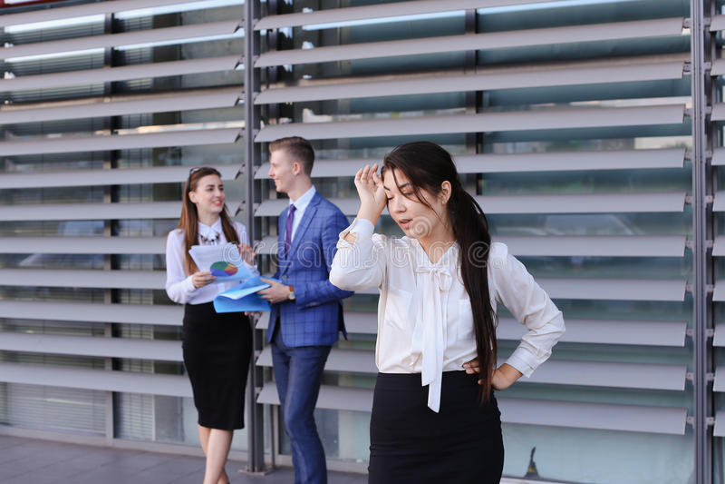 Довольно молодая бизнес-леди, остатки студента, приняла пролом от работы стоковое фото rf
