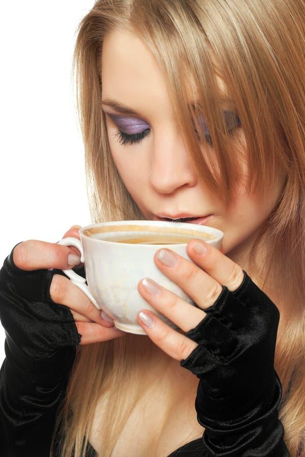 Довольно молодая блондинка с чашкой чаю. Изолированный стоковое изображение rf