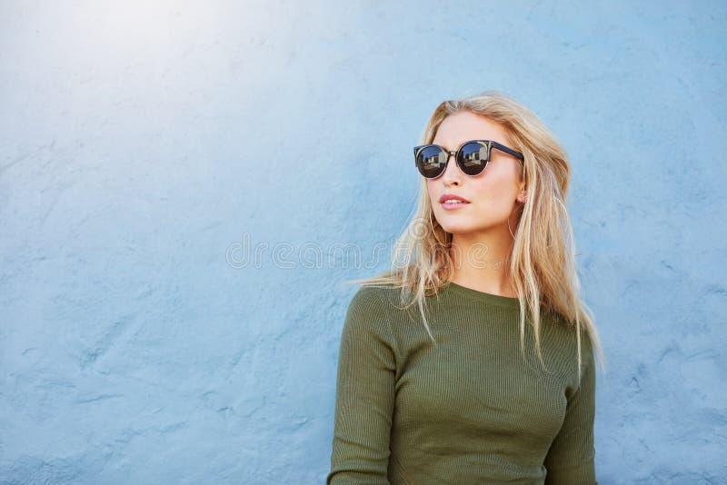 Довольно молодая женщина моды в солнечных очках стоковые фото