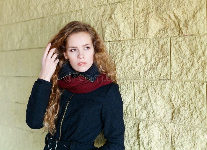 Довольно молодая женщина моды, девушка, модель с длинным вьющиеся волосы стоковое фото rf