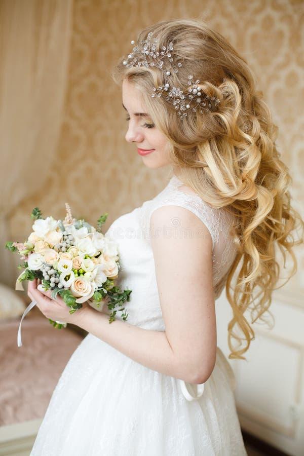 Довольно молодая невеста Утро будуара невесты стоковое фото rf