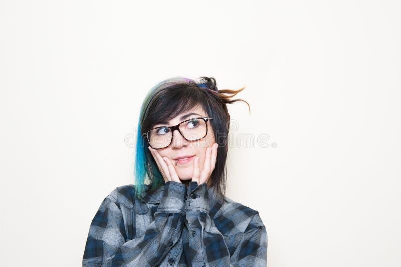 Довольно молодая altermative женщина с большими стеклами стоковые фотографии rf