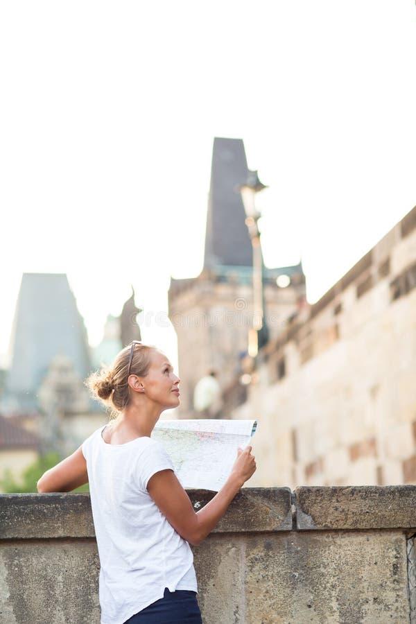 Довольно молодой женский турист изучая карту стоковые изображения rf