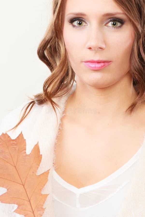 Довольно осенняя девушка с лист дуба в руке стоковое фото rf