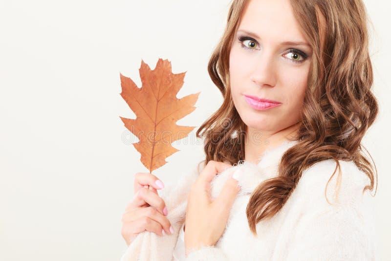 Довольно осенняя девушка с лист дуба в руке стоковое изображение rf