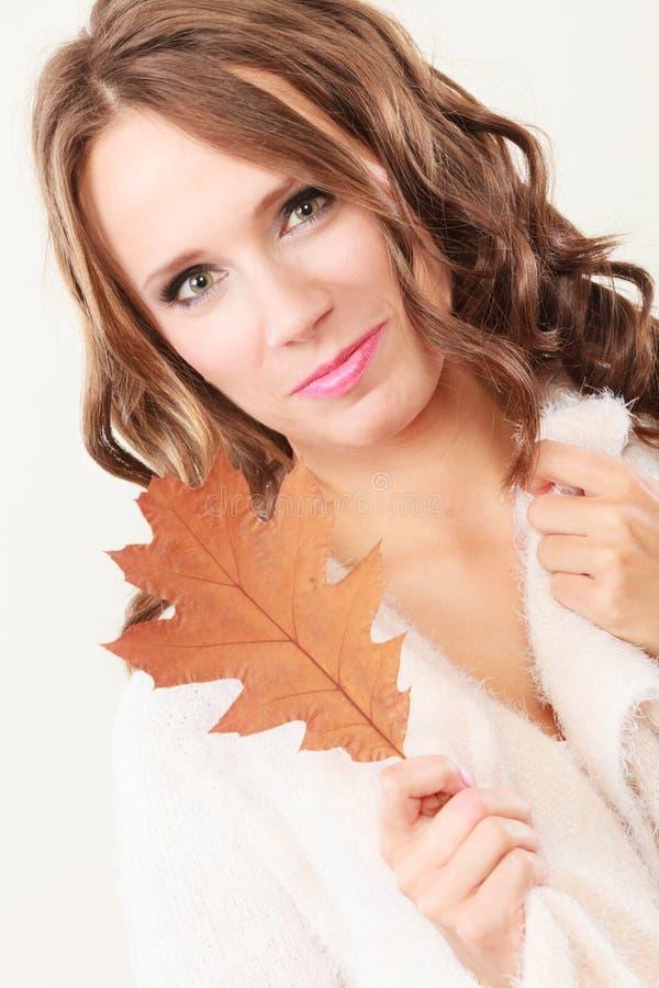 Довольно осенняя девушка с лист дуба в руке стоковые фото