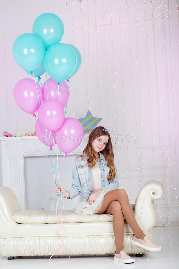 Довольно предназначенная для подростков девушка с голубыми и розовыми воздушными шарами стоковое фото rf
