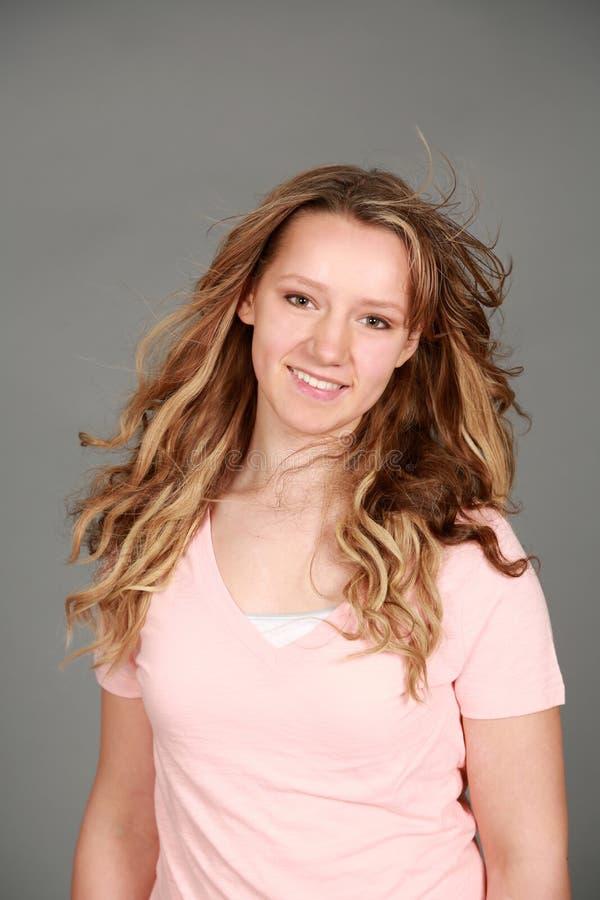 Download Довольно предназначенный для подростков усмехаться девушки Стоковое Фото - изображение насчитывающей средние, кавказско: 40582570