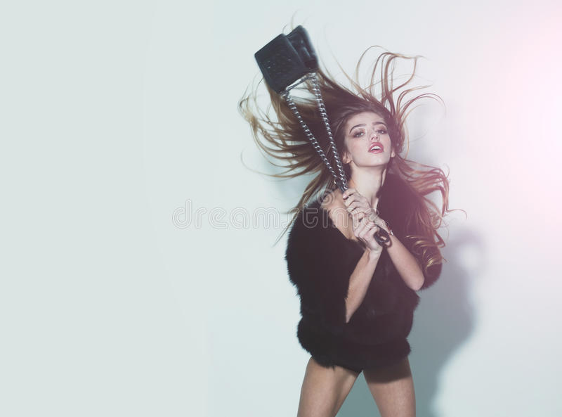 Довольно сексуальная женщина с длинными волосами в мехе с сумкой стоковое изображение