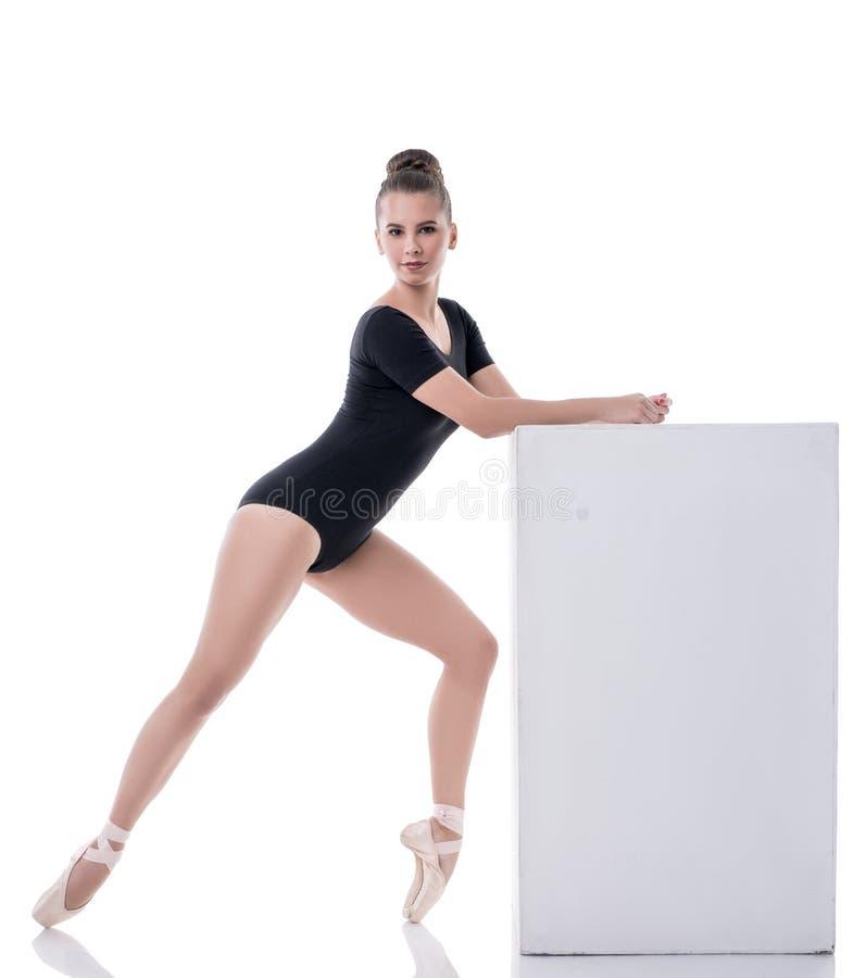 Довольно темн-с волосами балерина представляя пока танцующ стоковое фото rf