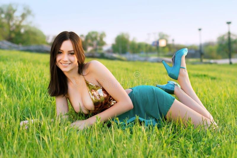 Довольно усмехаясь молодая дама стоковое изображение rf