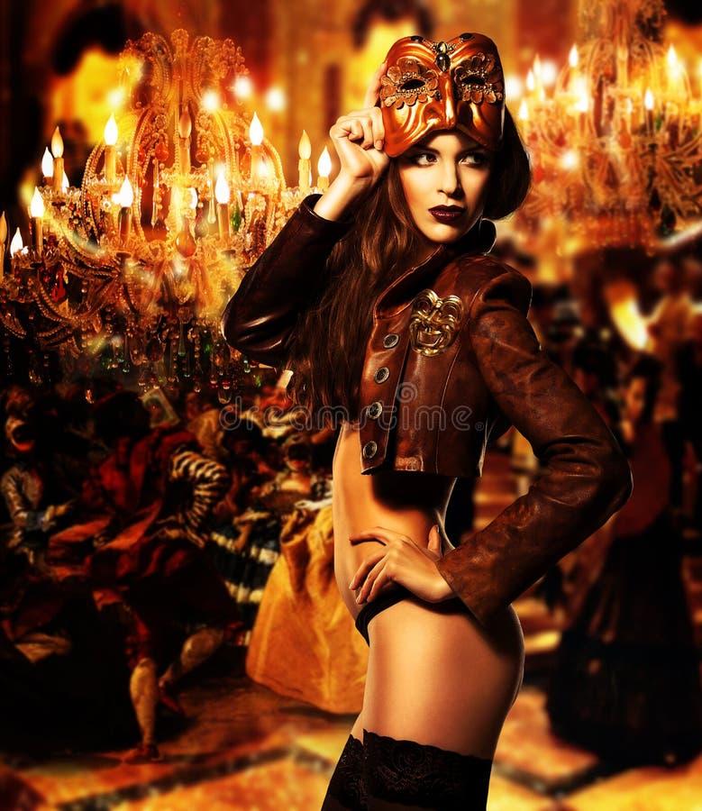 Довольно эротичная женщина в маске стоковое изображение
