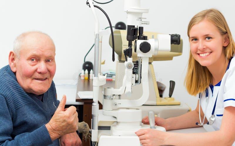 Довольный пожилой пациент на Optician стоковые изображения rf