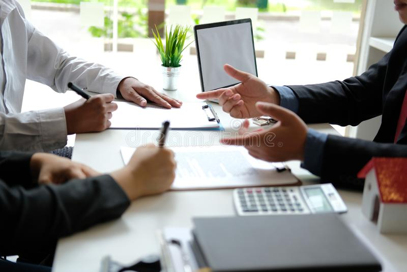 Договор подряда ипотеки подписания арендуя дома пар покупая с агентом недвижимости риэлтора стоковые фотографии rf