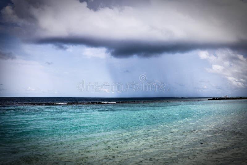 Дождевое облако над Индийским океаном в Мальдивах стоковое изображение rf