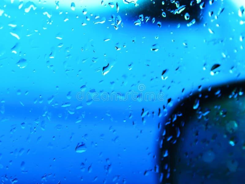 Дождевые капли на окне автомобиля вверх стоковые фотографии rf
