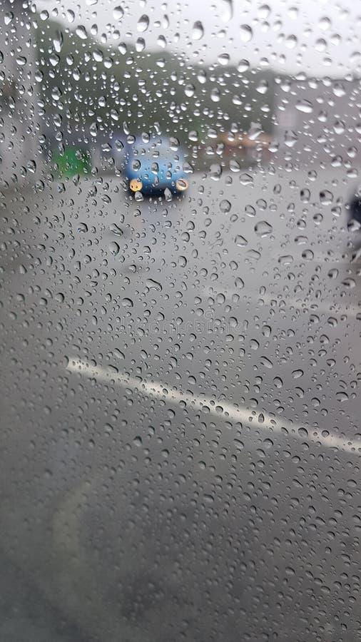 Дождевые капли на окне автомобиля стоковые фотографии rf