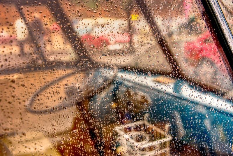 Дождевые капли на окне жилого фургона стоковое фото rf