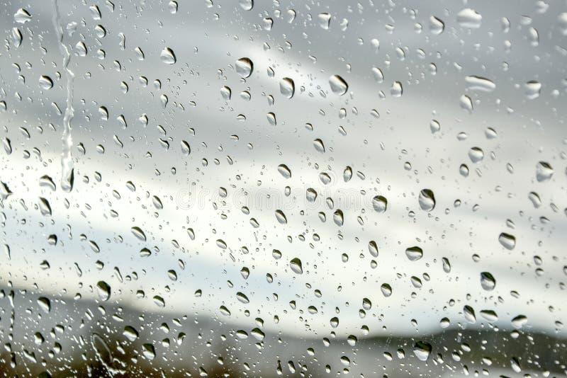 Дождевые капли на окне - прогноз погоды осени стоковые изображения