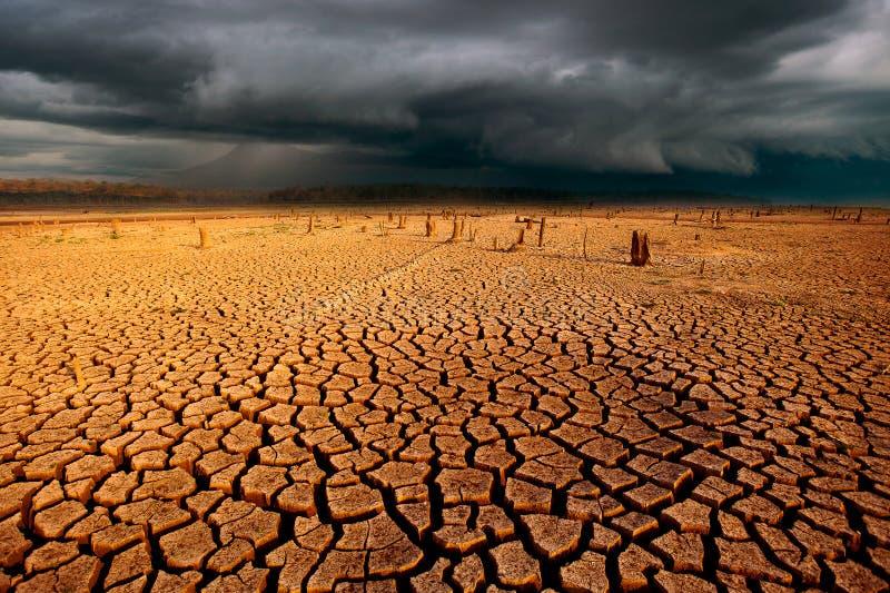 дождевые облака неба грозы треснули район неорошаемого земледелия без wate стоковая фотография