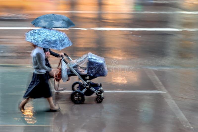 Дождливый день в городе на нерезкости движения стоковые фото
