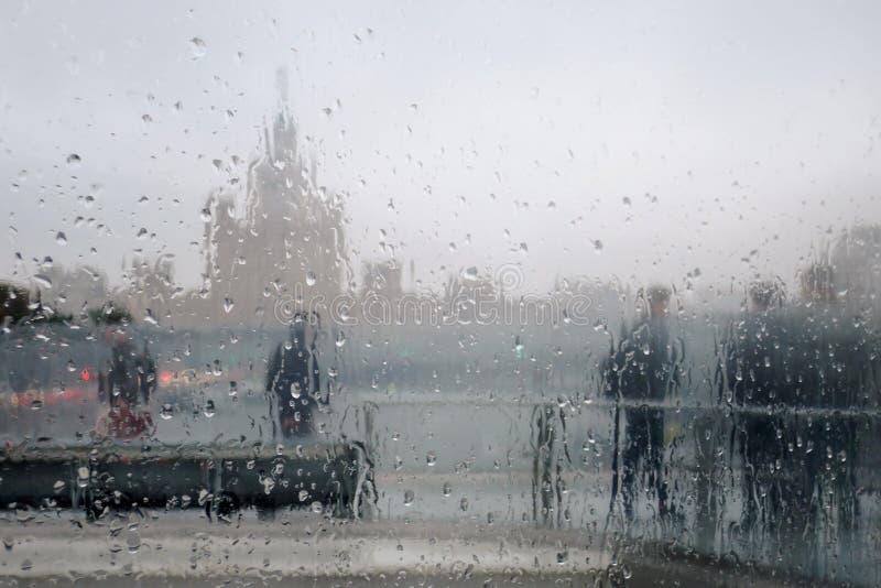 Дождливый день в Москве Дождевые капли покрывают стекло стоковая фотография rf