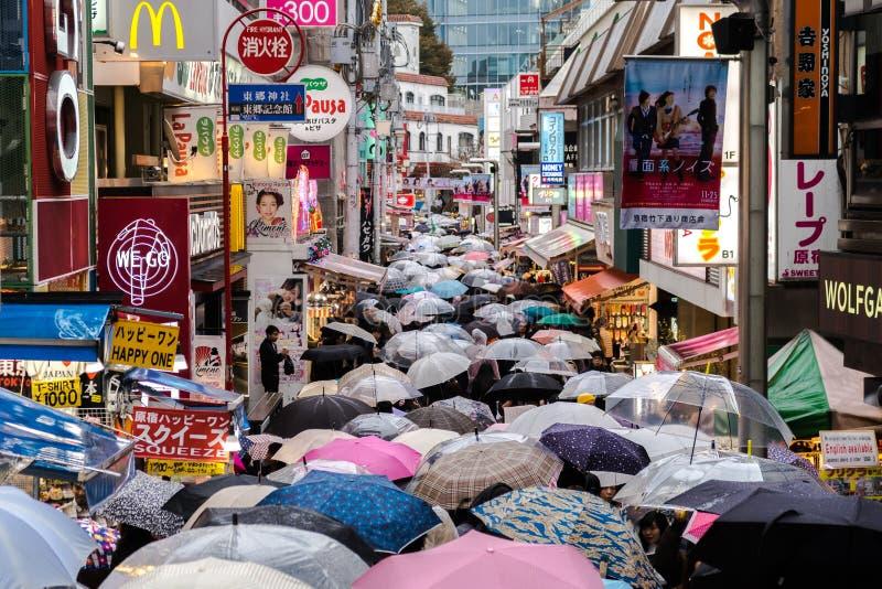 Дождливый день в токио, Японии, районе Harajuku стоковые фотографии rf