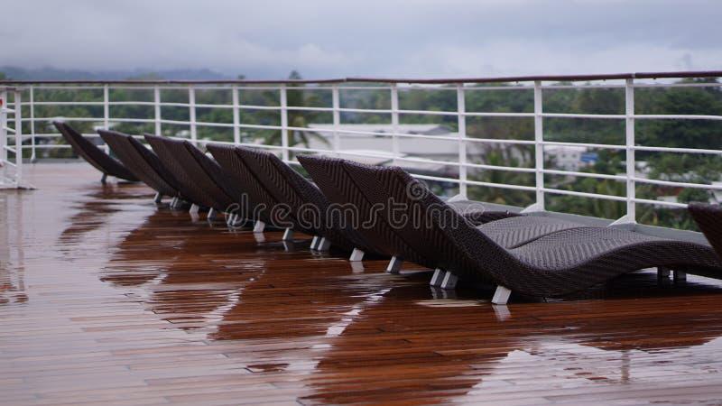 Дождливый день на шезлонгах покинутых туристическим судном стоковые фото