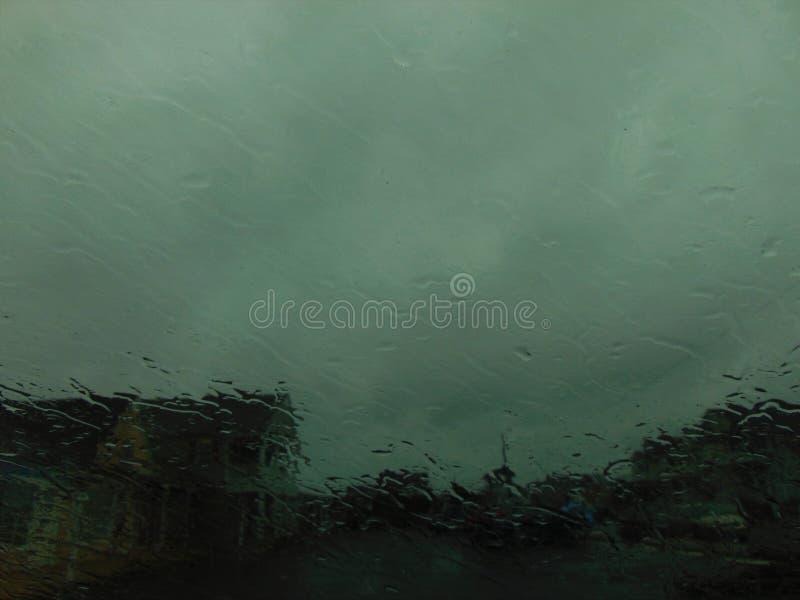 Дождь домов чуть-чуть видимый сквозной стоковые изображения rf
