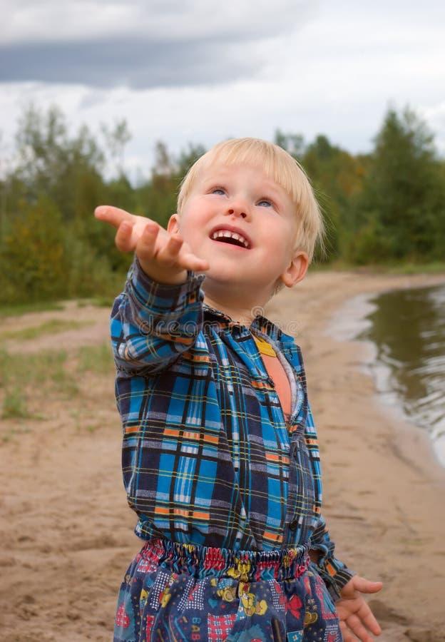 дождь мальчика стоковые изображения rf